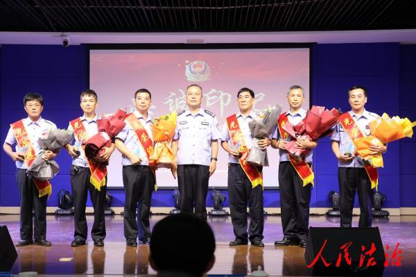 """福建安溪公安举行以""""忠诚印记""""为主题的警察荣誉仪式"""