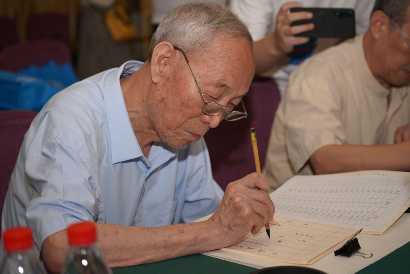 再开笔,陕西师大十余名老教授毛笔书写新生录取通知书