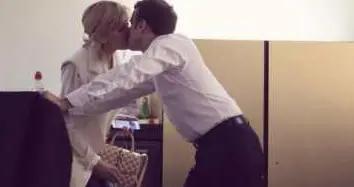 大25岁老婆被宠坏!法国总统穿衬衣正襟危坐,布丽吉特却往桌上坐