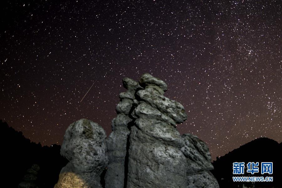 实拍北马其顿斯科普里英仙座流星雨 美轮美奂 宛如仙境!