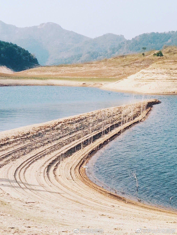 九洲落雁湖的小沙滩,位于河南省罗山县铁铺乡,湖光青色……