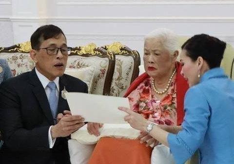 泰国国王真性情,西装革履给母亲贺寿,转身穿红色小背心登机离开