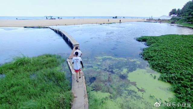 黄轩和马頔海边散心 保护环境,人人有责