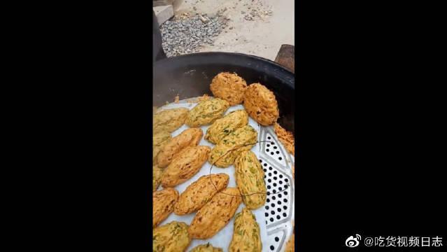 婆婆最拿手的美食,玉米面做的菜饼子,粗粮细作真好