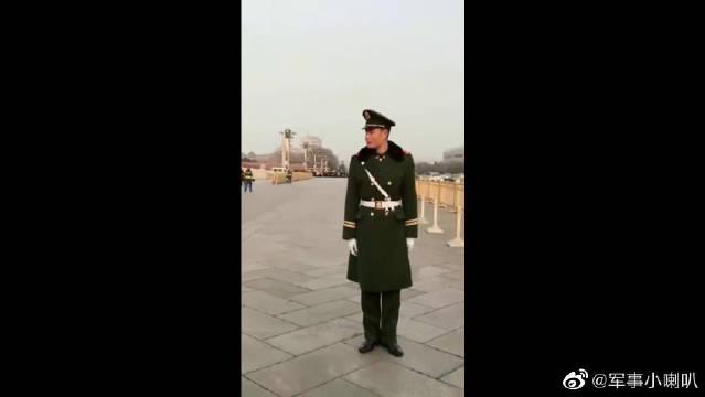 军人在天安门城边三步一岗,有的兵哥哥站错位置了!