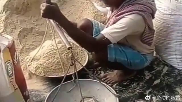 印度大叔称粮食,看到这杆秤后,顾客直呼真良心!