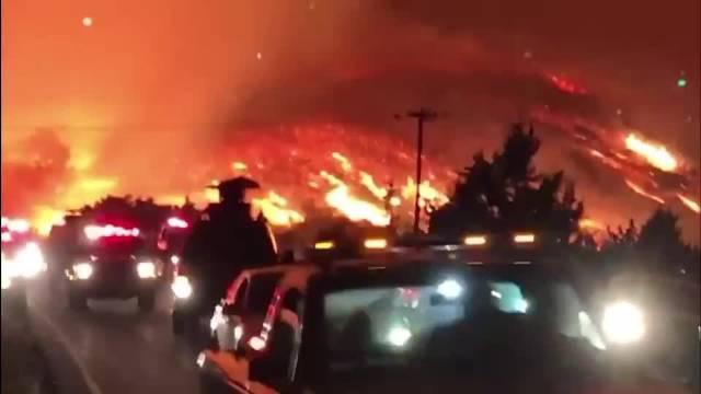 美国洛杉矶山火烧了了半个月了,今晚还伴有大风……