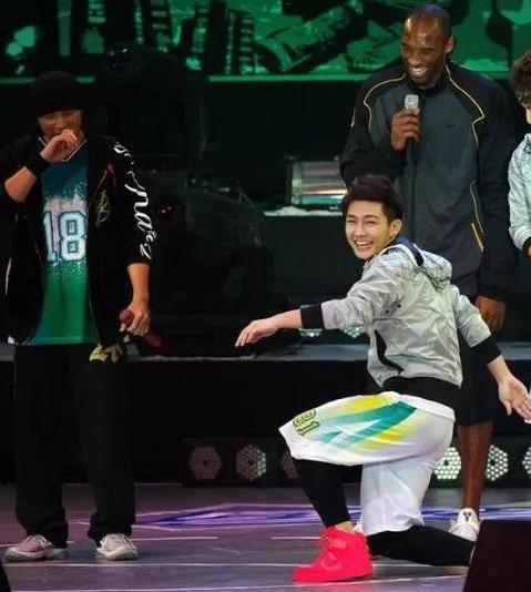 科比的粉丝有多疯狂?好莱坞女星想为他生儿子,台湾歌手向他下跪