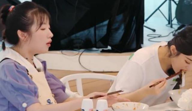 李浩菲吃完饭忙着刷碗,谁注意赵丽颖去干嘛了?差异太明显