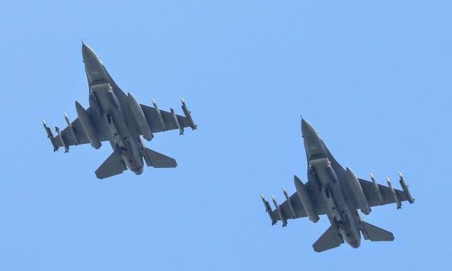 "F16升空导弹""挂好挂满"" 加定标荚舱 专家分析:反制隐身战机?"
