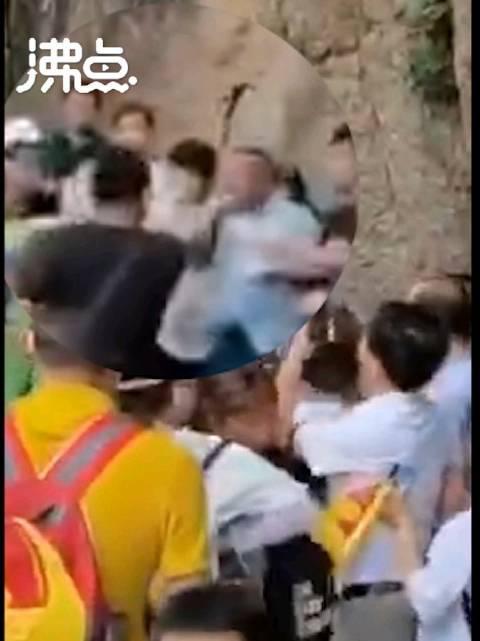 疑因拐杖碰到人 两游客在黄山陡峭山路上打架 网友:黄山论拐?