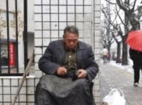 老人街头擦鞋从来不收钱,3年后老人去世,众人才知被骗