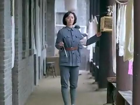 小护士来生理期借卫生带,随手翻了闺蜜包袱,意外发现闺蜜是特务