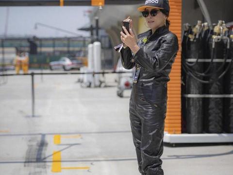 刘嘉玲看个赛车都要全部装备,穿皮质连体裤配棒球帽,一看A爆了