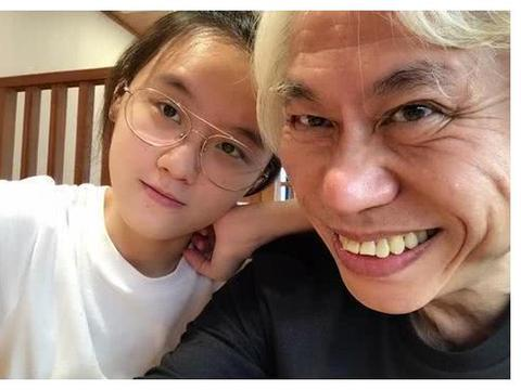 """57岁李坤城爱上17岁林靖恩!7年过去了,这对""""爷孙恋""""如何了?"""