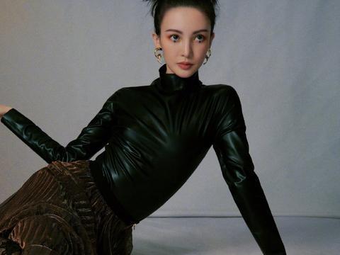金晨气质开挂,穿黑色蕾丝连袜裤一点不low,配皮衣帅气抢镜