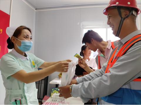 夏日温情 市关爱协会携手珠海阳光医院为一线建筑工人送健康