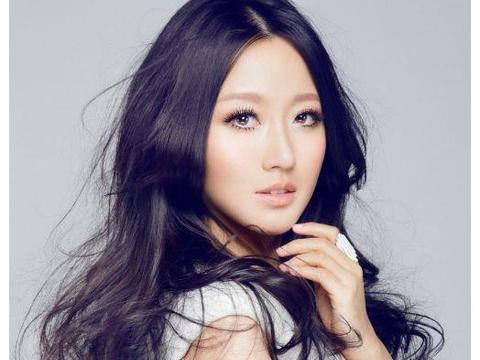 她老爸是潘长江,她不借父亲的光芒,自己努力嫁给富二代非常幸福