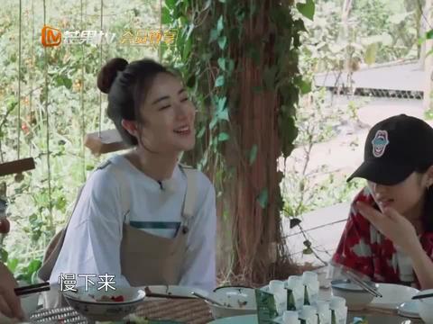吃饭中途,彭昱畅突然把茶泼向众人,薇娅跟张子枫被吓坏!