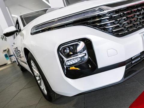 9.98w直接选顶配,这轿跑可辅助驾驶,车内还有无线充电+记忆座椅