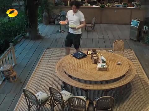 彭昱畅帮当地村民修电脑,搞了半天找不出毛病,胡先煦:重启吧!