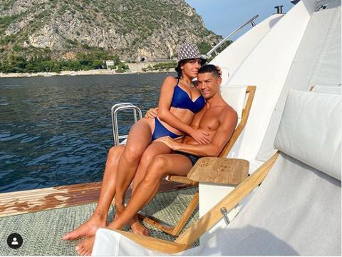 太爱了!C罗晒出游艇度假照:把乔妹搂在怀里 一小时365万赞