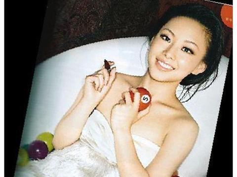 潘晓婷化身成人杂志封面女郎,身材惊艳,面容青涩,双腿修长吸睛