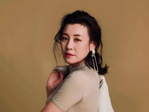 她是徐静蕾同班同学,最不像演员的演员,最终却靠一个个配角爆火
