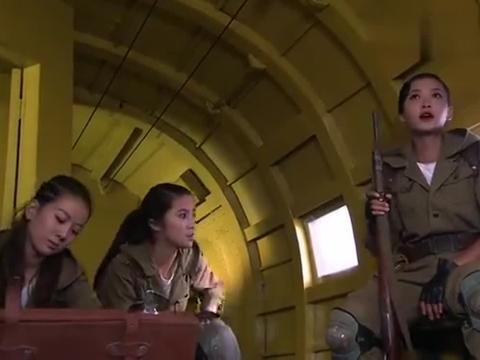 炸弹拆除了驾驶室出来一男子,手握手榴弹,威胁王松平打开机舱