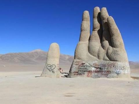 """无奈,现实版""""五指山"""",高10米地处沙漠中央,今却满是涂鸦"""