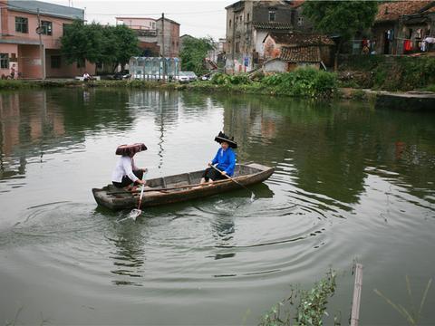 广东东莞迳联村,桥头闹市中的桃花源,残破的古屋是年代久远见证