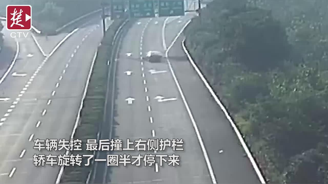 """司机驾车时""""打了个盹"""",连撞左右护栏旋转一圈半才停下"""