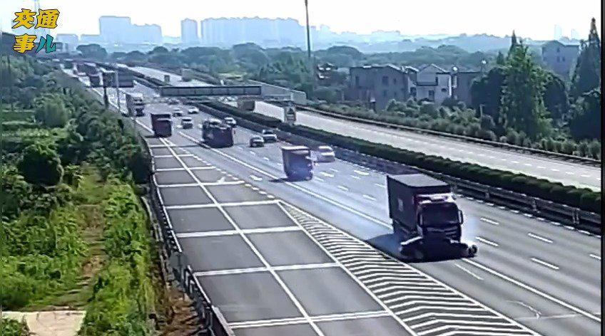 大货车行驶中突然向右变道,横顶着小车推行了将近800米