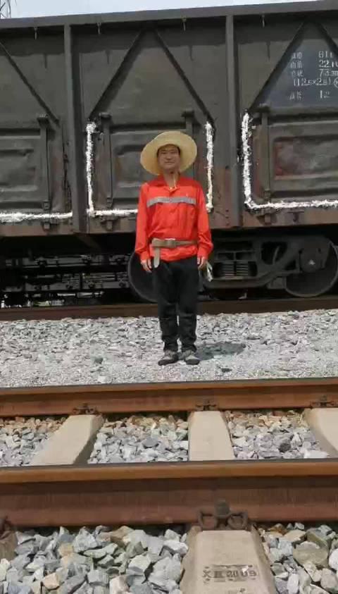 铁路职工如何正确横越铁路呢?快戳视频看看吧!(视频:曾艳兰)