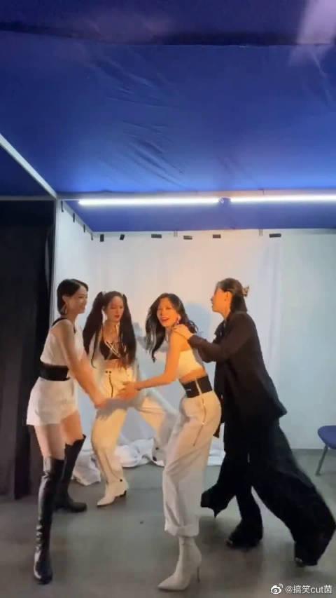 姐姐们的后台是这样子的~ 李斯丹妮、王霏霏、蓝盈莹、孟佳《酒醉的蝴蝶》