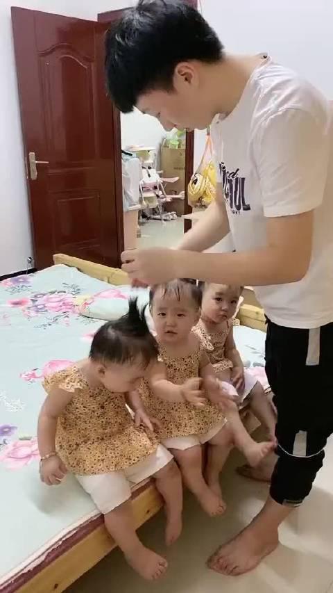 爸爸给三胞胎宝宝洗澡,真的好担心一个给洗三遍