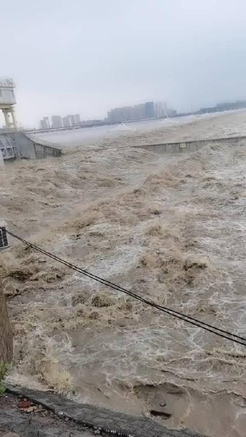 受强降雨影响沂河各支流洪水汇聚临沂小埠东橡胶坝泄洪现场