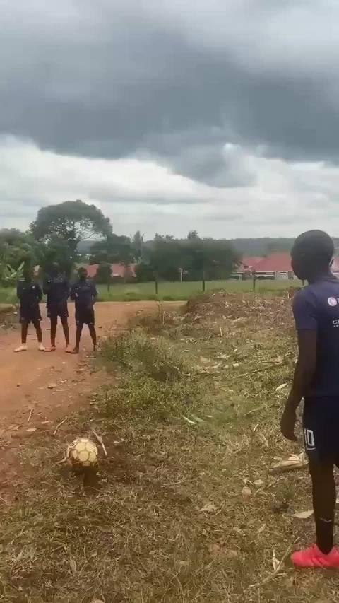 非洲孩子是这样练习任意球的!