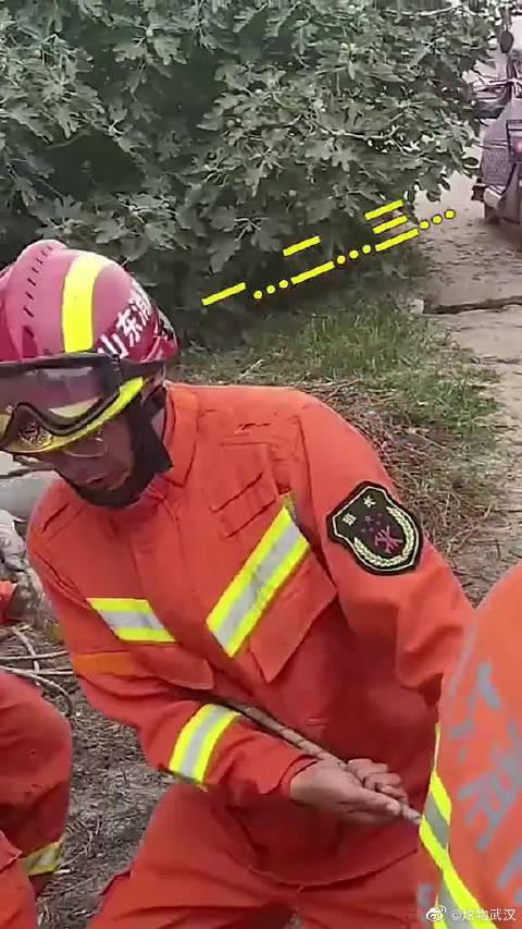 挖井工地突发坍塌,老人被埋,消防员徒手刨挖40分钟..