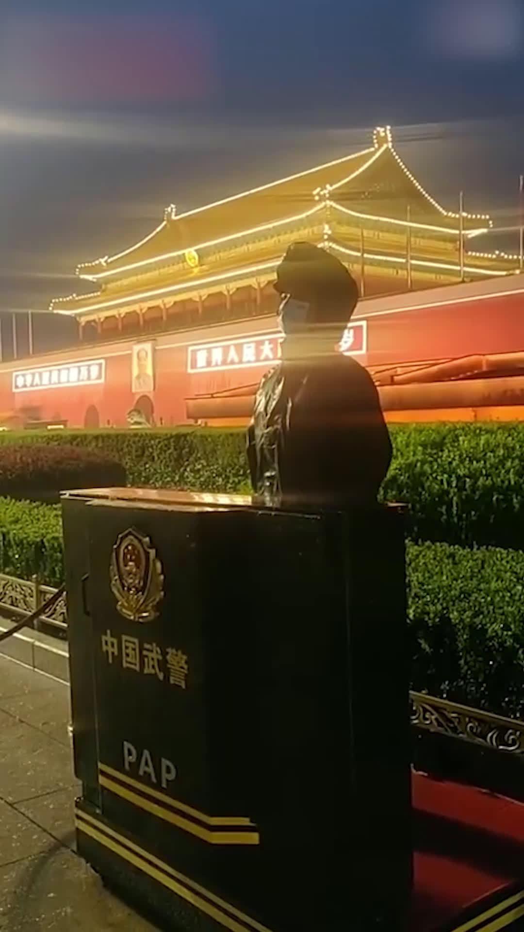 北京天安门广场突降大雨,武警官兵坚守一线! .中国军视网