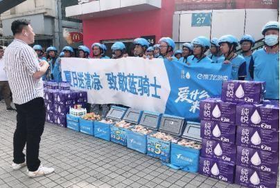 """安徽芜湖:高温下的工作者,致敬,穿行在城市中的""""蓝骑士"""""""