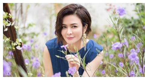 57岁宅男女神关之琳,频频与男模一起出镜,疑似新恋情?