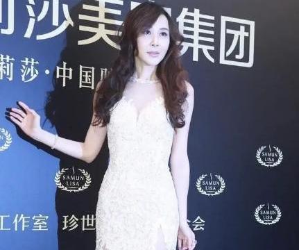 51岁萧蔷好真实,穿高开叉镂空裙优雅现身,美腿修长比颜值抢镜