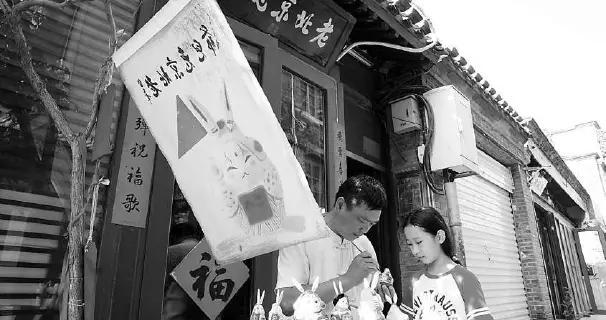 保留非遗技艺精髓、迎合现代审美,小店经济让北京的老街重焕生机
