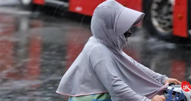 """街拍   广州每日一场""""雷阵雨"""",街坊淡定雨中行"""