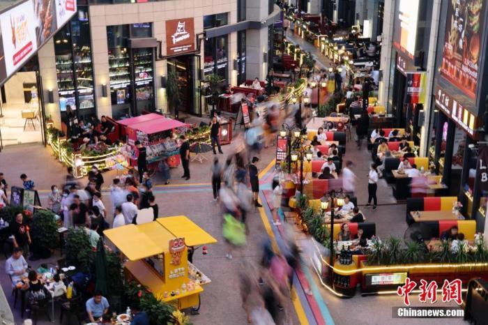 资料图:市民在商业街逛街购物。中新社记者 盛佳鹏 摄