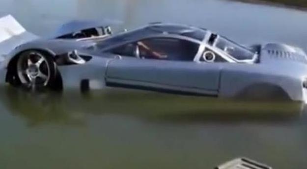 这跑车水陆两用,在水上开也是霸气十足,体验感非常好……
