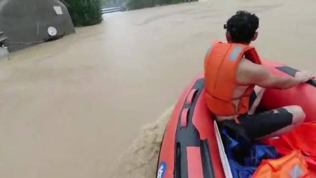临沂 积水一人深,沂南多个村庄村民房顶避险冲锋舟进村救援