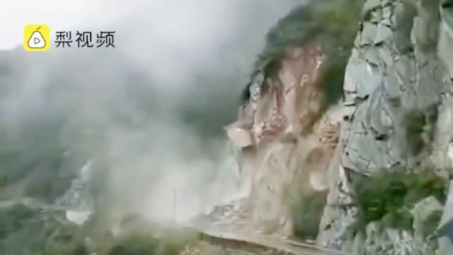 甘肃一国道山体坍塌落石倾泻而下……