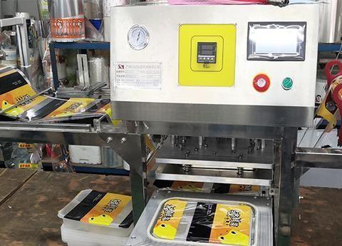 锁鲜装快餐盒封膜机 高铁餐盒包装机 塑料方盒封口机